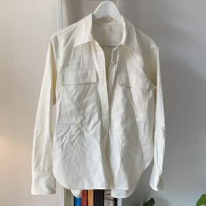 En overshirt från arket i tunt bomullstyg, offwhite. Storlek 36 men lite oversize! Nyskick