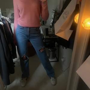 Säljer dessa snygga, populära och utsålda jeans från Pull & Bear! Säljer då jag har många likadana. De sitter så bra på. Skicket är jätte fint! Det är jätte snygga slitningar längst ner och jeansen har två hål. Dessa jeans passar till mycket,storleken är 36!💞