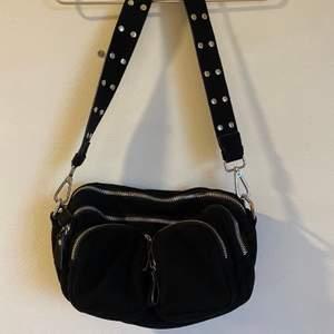 Populära Gina tricot väskan, knappt använd och får plats med mycket💕 kan mötas annars står köparen för frakt💕