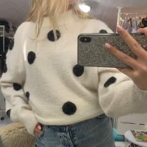 Så härlig stickad tröja från other stories, den är cremevit med svarta prickar på ❤️