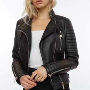Säljer denna jackan från chiquelle! Felfritt skick