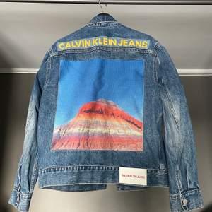 Säljer denna riktigt unika jeansjacka från Calvin Klein med mountain print på ryggen! Sålde slut fort. Storlek medium och är true to size. Skicket är riktigt bra även fast jackan är använd. Nypris runt 1800kr. Hör av er vid möjliga pris förslag eller annat!
