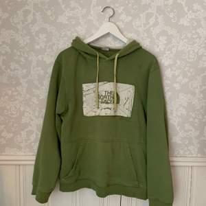 En cool retro hoodie som tyvärr inte kommer till användning. Tror den är storlek L men det står inget! Jag som har på mig hoodien är 172 för referens. Budgivningen startar på 250kr och man måste höja med minst 10kr! Budgivningen avslutas 31/3💕 Kom privat för fler bilder! ❗️LEDANDE BUD: 300kr❗️