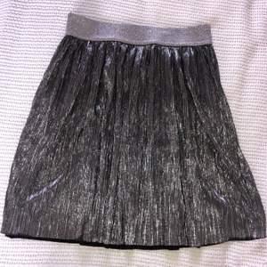 Såå cool kjol från H&M i stl S. Jättebra skick 💞