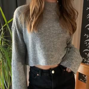 Säljer denna fina stickade gråa tröja. Använd fåtal gånger då den inte har kommit till användning💓 strl: xs men jag skulle säga att den även passar s, jag säljer denna för 70 kr + frakt, hör av er för mer info💓