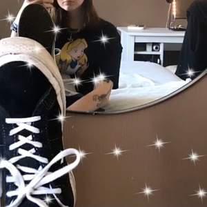 Säljer min Alice tröja vanlig svart t-shirt med Alice på storlek M bra skick knappt använd