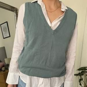 Trendig grön stickad väst som passar bra både över skjorta/tröja eller ensam. Storlek M men uppvikt på bilderna, så den är oversized för mig som är 157. Köparen står för frakten!💓
