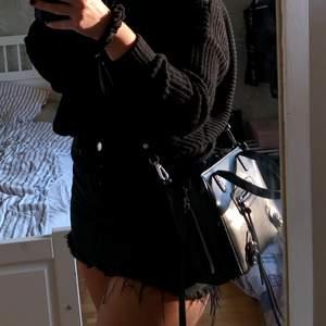Säljer min svarta väska från nelly. Perfekt storlek🥰