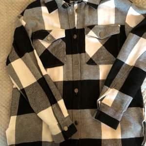 Flanell skjorta ifrån Gina Tricot, i fint skick, strkl S🤍