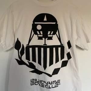 Vit vintage t-shirt från märket billionaire boys club. Ny pris: 1000kr                köparen står för frakten