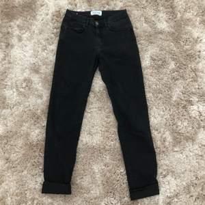 Svara jeans från Sand design studio storlek W28. Knappt använda och säljer för 250kr + eventuell frakt 🤍🖤