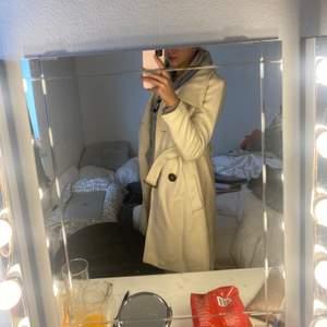 En Laura clement kappa i storlek 36-38, vanilj färgad och sällan använd.                                                                             Pris: 150kr eller bud