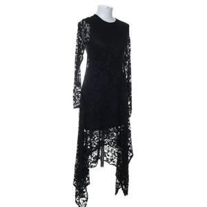 Svart spetsklänning. Storlek S. Bättre foton finns på https://public.fotki.com/Demona/closet/