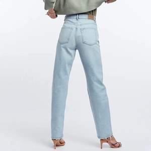 Ursnygga 90s jeansen från GinaTricot i en jättefin somrigt ljus tvätt! Kommer tyvärr inte till så mycket användning! Köpta för någon månad sedan så använda bara två gånger. Nypris 599kr<3