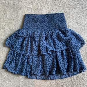 Säljer min fina kjol från kapphal med leopardmönster. Går att vika upp och ner utan att de ser konstigt ut, jag är 160 och har strl 164 och den sitter super bra på mig och på min vän som är 175.