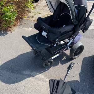 Emmaljunga vagn! Sittdel, Fotsack, liggdel, inbyggd myggnät, skötväska, adapter för barnbilstol, en parasol för vagnen. Vagnen är använd men fortfarande i väldigt fint skick. Pris kan diskuteras vid snabb affär!