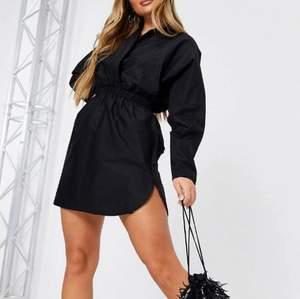 Svart skjortklänning med ryschade detaljer och djup urringning. Flounce London - Size 36/S🖤 Ej använd, ursprungligen 694kr