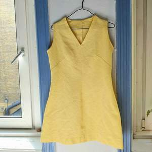fantastisk 60-talspärla i vacker solgul färg, bekvämt stretchigt tyg med ett deskret, som ingraverat mönster i.. står tyvärr ej vilket material, då klänningen e hemmasydd! väldigt fint skick🌻