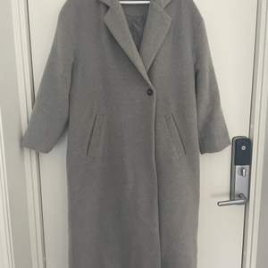 Säljer min kappa som är köpt på Bubbelroom. Den är i använt skick. En grå snygg kappa som är längre, och en bredare modell. Super bra nu till hösten. Säljer för 200kr eller kom med bud! Den är i storlek 34 men passar även mig som är en 36-38.