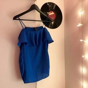 Så fint blått linne med volanger! Storlek M, men passar mig som brukar ha XS/S! Banden var för långa så har sytt upp de💞💞💞