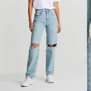 Gina tricots 90s highwaist jeans LT blue destroy som är helt nya då dom är för långa och för stora för mig (kompis på bilden för jämföra) Köpta för 599 säljer för 400kr då alla lappar är kvar.