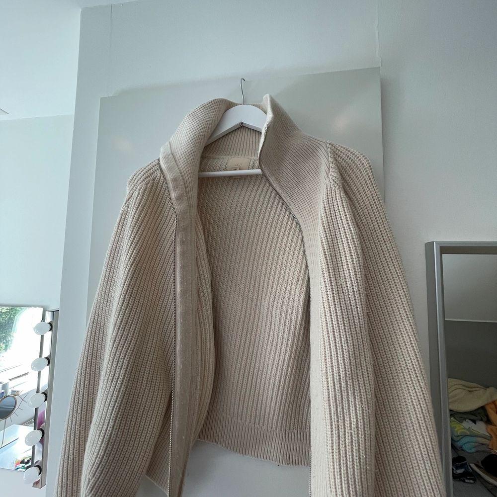 Jättefin beige stickad kofta från H&M med dragkedja! 💘. Tröjor & Koftor.