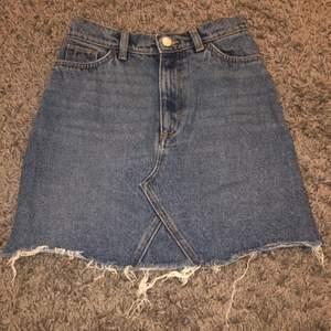 Säljer en jeanskjol som tyvärr är för liten för mig! Storlek 34/xs. Säljer för 50kr eller bud om flera är intresserade☺️ frakt betalas av köparen!