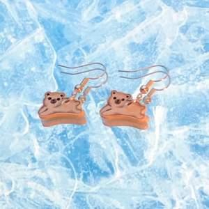 Handgjorda Isbjörns-örhängen, Gjorda av krympplast och försilvrade öronkrockar som även är nickelfria <3