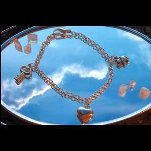 """Berlock armband """"key to my heart"""", en perfekt alla hjärtansdag present ❤️ kommer med ett litet kort som förklarar vad varje berlock betyder ☺️ mått 18cm (justerbart) kolla in min profil för mer! Följ: moore_label"""