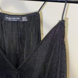 Jättesöt linne från Bershka. Köptes i Spanien 2017. Användes en gång i Spanien, var en impulsiv sommarköp. Den sitter bra på bysten och är loose allmänt så det ger en bekväm känsla. Tyget är mjukt och glansig. Linnet är kort, ungefär som en magtröja. Frakt tillkommer💜