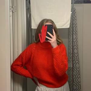 Klar röd, Ribbstickad tröja, stickad tröja med polokrage. ❤️ Den ser mer brun ut på bilderna men det är den inte i verkligheten.  Storlek XS, men passar även S och M beroende på hur man vill att den ska sitta. Jag bär oftast S eller M i tröjor för referens.   Från H&M. 🥰  Slutsåld på hemsidan.  Säljer då den tyvärr inte kommer till användning längre.   Helt okej skick. Frakt tillkommer. 🤍 (annat än det som står i frakten här)