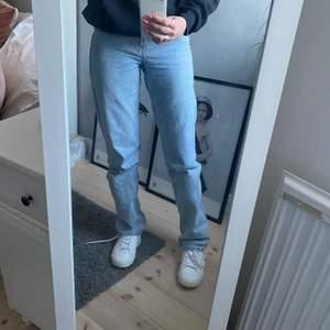 Så fina jeans från Weekday, storlek 27/34 (längsta längden, jag är 171)💖 Använda men i superfint skick och inga defekter! Bud från 300