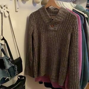 Varm och fin stickad tröja, supermysig på hösten och vintern! Frakt tillkommer☺️