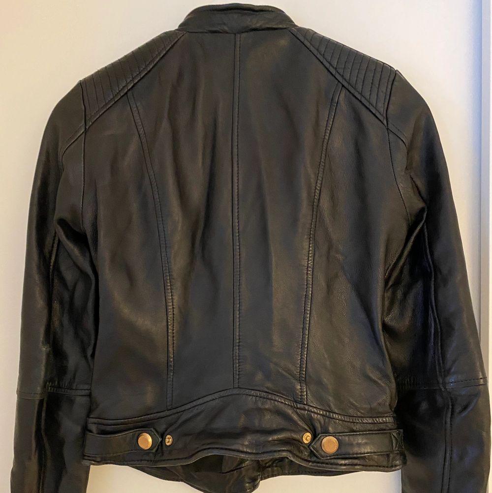 Jättesnygg svart jacka i skinn från Zara. Väldigt mjuk och fin i lädret. Snygga detaljer i rosé. Storlek S. Dm för fler bilder om det önskas. Jackor.