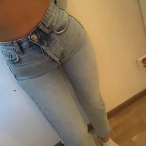 Säljer dessa jätte fina jeans från zara då dom inte används för jag har ett par likadana. Dom är i storlek 34 och skulle säga att dom funkar för en 32 också och säljer för 150kr men är flexibel med priset💕 köparen står för frakten☺️
