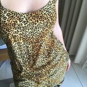 lika fin utan byxor som med! köpt på humana för 200kr. leopardmönster i svart och en varm gul färg, perfekt på sommaren och jätteskön! har sytt lite i midjan o så för att få rätt form