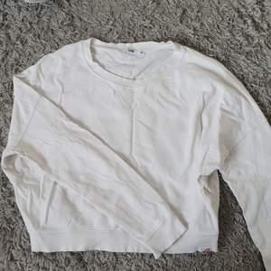 En vit lite croppad tröja från märket LTB. Knappt använd och väldigt fint skick.