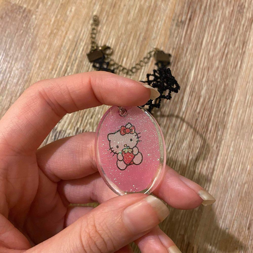 Supernice hemmagjord Hello kitty choker. Vi gör våra egna smycken i resin och denna gången blev det en fin glittrig Hello kitty ✨ Vi säljer också pinsen på bilden separat eller i paketpris. Även pinsen är hemmagjorda. 🌸 Enbart halsbandet kostar 69:- och med pinsen 89:- ✨ Frakten är alltid 12:- 🦋 . Accessoarer.