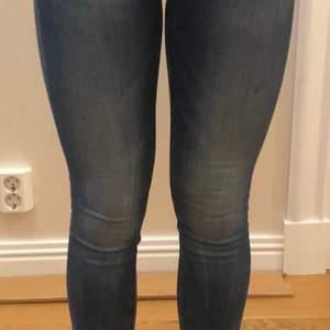 Ett par fräscha crocker jeans som är i storlek 28/32 men passar en 26/32 så små i storleken. 100kr plus frakt :)