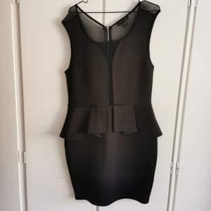 Svart klänning från Amisu i stretchigt material med genomskinnligt/nätaktigt tyg i ryggen. Storlek 42, enbart använd en gång. 75kr