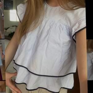 Säljer denna söta blus, mer trolig till färg i bild två, tröjan har tyvärr en slutning men går lätt att laga (bild 3)!