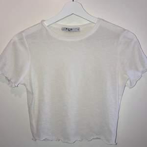 Säljer min glitteiga lite genomskinliga topp/t-shirt från NAKD för att den tyvärr inte kommer till andvändning. Den är supersnygg att ha med en bralett under!