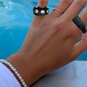 Bild 1: inklippta på fräscha sommarhänder bild 2: ringarna i verkligheten. Egengjorda och sköna att ha på sig (gör att man sticker ut något :), ringarna har ett jack på baksidan därav är det något justerbara💘 kram