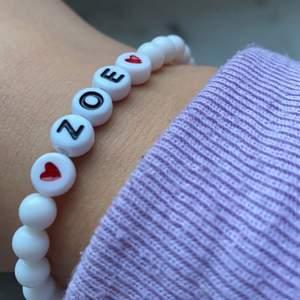 Tillbaka i lager!! Designa ditt eget armband! Det finns svart och vita pärlor, finns även olika slags namnpärlor! I pastellfärger, vit, svart och genomskinliga pärlor i sonika färger!❤️ meddela för fler bilder (på namn-armbandet eller pärlorna) eller info