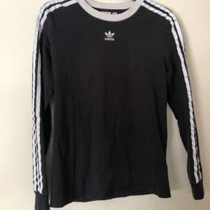 En supersnygg långärmad tröja från adidas! Säljer denna för att jag aldrig använder den längre. 🌸