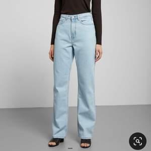 SÄNKT PRIS!!! Superfina jeans i modellen row från Weekday. Sparsamt använda och i superfint skick. Storlek 27/30 tts. 200 kr + frakt 66 kr. 💞💞