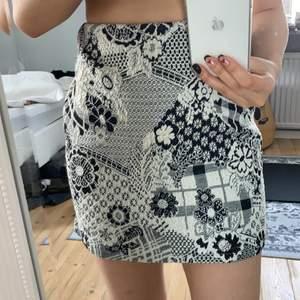 Säljer denna kjolen med ett jättefint mönster  & som är i braa skick, den har ett elastiskt band (se bild 2) vilket gör att den sitter väldigt bra på & passar S-M