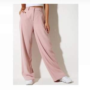 Jag säljer mina snygga rosa byxor från Motel Rocks i storlek M 🌸💕 Storleken går att översätta till 38a. Byxorna är i fint skick och endast använda en gång!