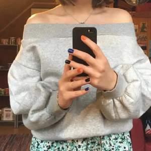 Grå offshoulder sweatshirt från Hm som är oanvänd!