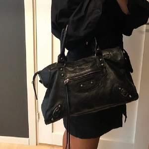 Balenciaga liknande väska köpt på plick för 1000 kr säljer pga att den ej kommit till användning , Slitning vid handtaget samt vid dragkedian därav priset💞💞